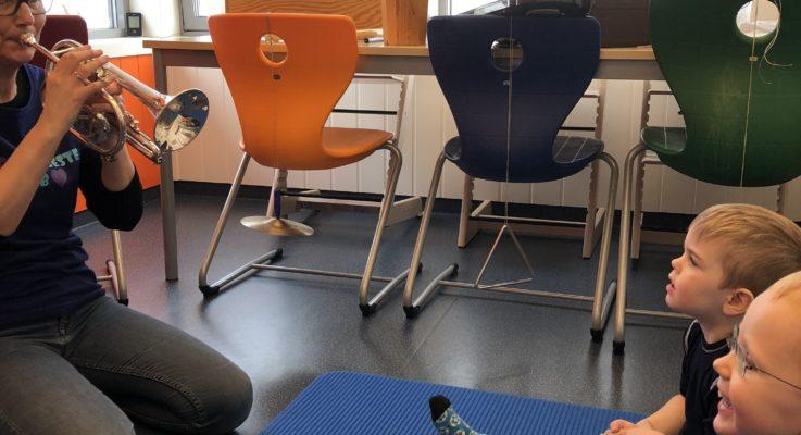 Innholdsrik dag  på småbarn(Blåklokka) på  Barnehagedagen med tema «Jeg lurer på»